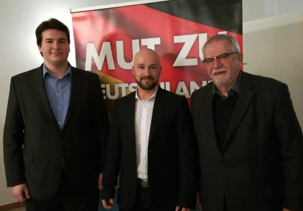 von links nach rechts) AfD Kreisvorsitzender Eric Markert, Direktkandidat Julian Schmidt und AfD-Fraktionsvorsitzender Karl-Hermann Bolldorf